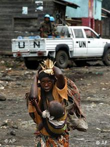 Flüchtende Frau im Kongo (Foto: AP)
