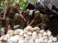 Unos soldados colombianos destruyen coca incautada.