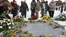 Besucher gedenken der Opfer des Nationalsozialismus im ehemaligen Konzentrationslager Buchenwald am Samstag, 27. Januar 2007, bei Weimar. Hintergrund ist die Befreiung des Vernichtungslagers Auschwitz am 27. Januar 1945. Der Holocaust-Gedenktag wird in Deutschland seit 1996 begangen, seit einigen Jahren setzt sich das Datum auch international durch. Insgesamt waren von 1937 bis 1945 ueber 250.000 Menschen im Konzentrationslager Buchenwald inhaftiert, von denen ueber 50.000 ums Leben kamen. (AP Photo/Jens Meyer)