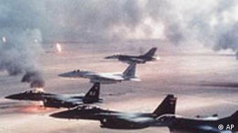 US-Kampfflugzeuge überfliegen brennende Ölquellen in Kuwait (1991)(AP Photo)