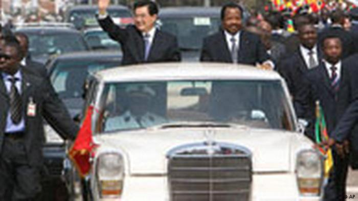 Kamerun China Hu Jintao in Afrika Auto (AP)