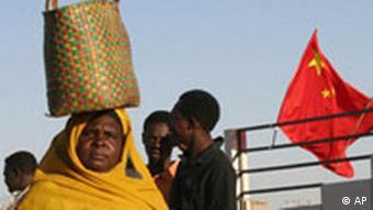 Sudan - Frau vor chinesischer Flagge