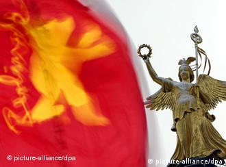 Berlin's other grande dame: Victoria atop the city's victory column next to a Berlinale flag