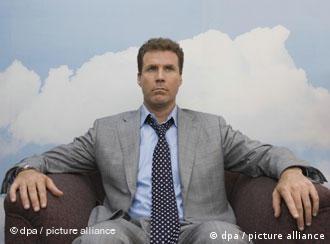 Der Finanzbeamte Harry Crick (Will Ferrell) sitzt in dem neuen Kinofilm Schräger als Fiktion vor einer Wand mit Wolken