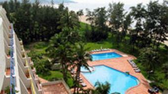Mehrstöckiges Hotel mit Pool