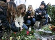 La población dejó ofrendas florales en memoria de las víctimas.