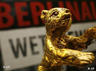 Golden bear award in front of a banner reading Berlinale Wettbewerb