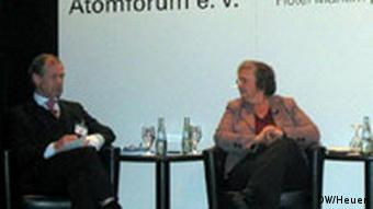 Dr. Gerd Jäger (Vorstandsmitglied der RWE Power AG) und Bärbel Höhn (MdB, Grüne) diskutieren am 8.2.2007 auf der Wintertagung des Deutschen Atomforums (e.V.) (Foto: DW/Christoph J. Heuer)