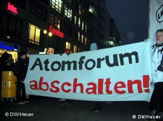 Atomkraftgegner demonstrieren am 8.2.2007 gegen Atomkraft vor dem Tagungsort des Deutschen Atomforums (e.V.) (Foto: Christoph J. Heuer)