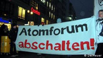 Atomkraftgegner demonstrieren gegen Atomkraft vor dem Tagungsort des Deutschen Atomforums (Foto: Christoph J. Heuer)