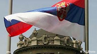Serbiens Flagge vor Verteidigungsministerium Belgrad