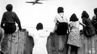 Берлинские дети на заборе аэропорта Темпельхоф и транспортный самолет