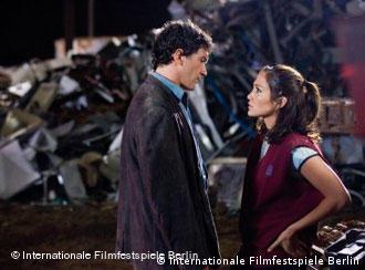 Antonio Banderas y Jennifer López, en una escena de Bordertown.