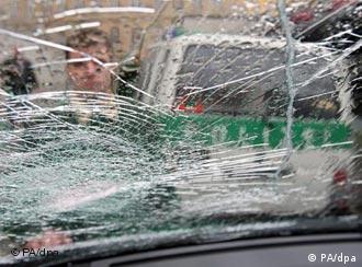 Razbijeno staklo na policijskom autu