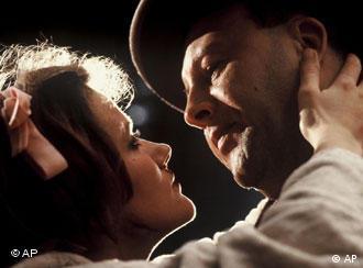 Barbara Sukowa e Günter Lamprecht numa das cenas do filme 'Berlim Alexanderplatz'