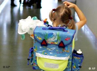 Kleines Schulmädchen mit Ranzen und Schultüte