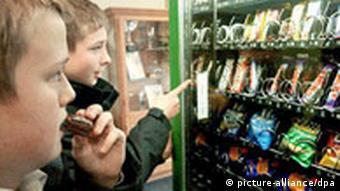 Englische Schüler vor dem Süßigkeitenautomaten, UNICEF