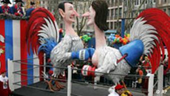 Karneval: Ein Motivwagen zeigt die beiden Praesidentschaftskandidaten in Frankreich Sigulain Royal, rechts, and Nikolas Sarkozy, links, waehrend des Rosenmontagszugs in Koeln