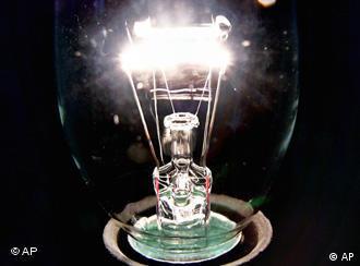 Leuchtende Glühbirne (Foto: AP)