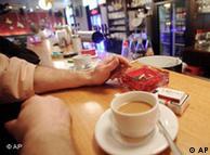 Habrá que tomar nuevas costumbres: café sin cigarrillo.
