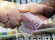 Заставочный снимок: две руки и евробанкнота