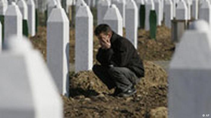 Trauernder im Gräberfeld von Srebrenica (AP)