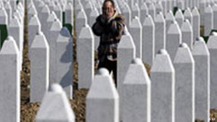 O femeie bosnică de religie musulmană plângându-și rudele la memorialul din apropiere de Srebenica