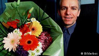 Mann mit Blumenstrauss, Verabredung Symbolbild Speeddating