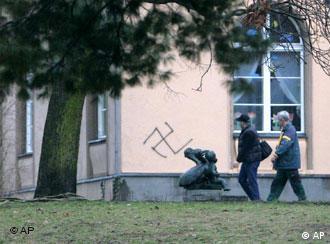 Ein Hakenkreuz an der Wand einer jüdischen Schule in Berlin symbolisiert den alltäglichen Antsemitismus, Rasissmus und die Fremdenfeindlichkeit (Foto AP)