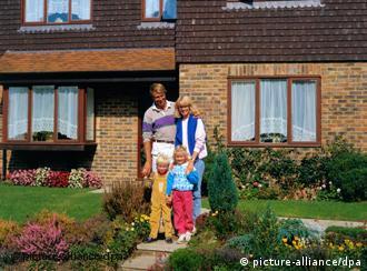 Семья на фоне дома