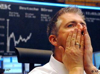 Мужчина на фоне таблицы с диаграммой курсов валют
