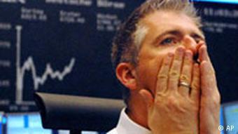 Čovjek s očajnim izrazom lica ispred krivulje na burzi koja pokazuje pad vrijednosti