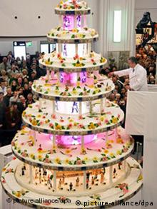 Berlin Mayor cuts celebratory cake at KaDaWe anniversary party