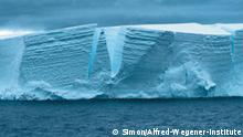 de: Schelfeis-Abbruchkante in der Antarktis. Hier fließt das Inlandeis der Antarktis hinaus in den Ozean und bricht in Form von mehreren dutzend Meter hohen Eisbergen ab. en: Shelf ice edge in antarctica. Here, the inland ice is flowing out into the southern ocean. Icebergs with heights of several dozen meters frequently break off. *** Das Pressebild nur verwenden in Verbindung mit einer Berichterstattung über Das Alfred-Wegener-Institut oder über das Polarjahr. Link bitte an jkube@awi-bremerhaven.de senden ***