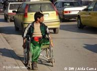 Straßenszene in Tirana, Rollstuhlfahrer (Quelle: DW/Aida Cama)