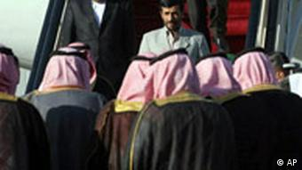 Ahmadinedschad steigt in Riad aus dem Flugzeug, mehrere Saudis nehmen ihn in Empfang (Quelle: AP)