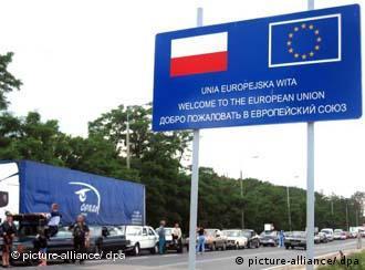 Граница Украины с Польшей. У дороги расположен щит с символом ЕС