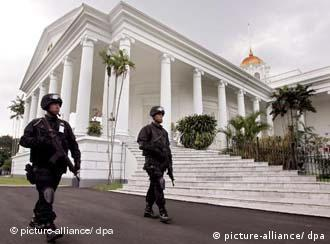 präsidentenpalast bogor.jpg Indonesian soldiers patrol in front of the Presidential Palace in Bogor, Indonesia on Monday 20 November 2006. Indonesia has tightened the security for US President George W Bush's visit. Around 18,000 security personnel are deployed during the trip. EPA/MAST IRHAM +++(c) dpa - Report+++