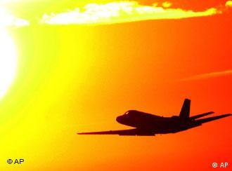 Flugzeug vor Sonne (Foto: AP)