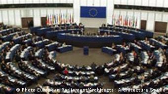Blick in den Plenarsaal mit im Kreis angeordneten Sitzen (Foto: EP)
