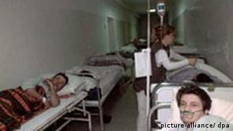 krankenhaus belgrad innen_dpa.jpg Patients lay in their beds in an overcrowded corridor in the hospital of Belgrade's Dedinje district on Thursday 20 May 1999, after their evacuation from buildings hit during last night's NATO bombing. NATO admitted 20 May that a missile fired by one of its warplanes during overnight raids on Belgrade had gone astray, effectively accepting responsibility for a direct hit on the hospital hat left three patients dead. dpa