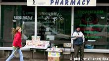 strassenszene kosovo_dpa.jpg Ein älterer Mann, der Weihnachtskarten und Schreibwaren verkauft, steht mit seinem primitiven Straßenstand vor den Schaufenstern einer Apotheke in Pristina, der Hauptstadt des von den UN verwalteten völkerrechtlich zu Serbien gehörenden Kosovo. Aufnahme vom 11.12.2006. Pristina ist die drittgrößte Stadt in Serbien und die größte Stadt des Kosovos und dessen politisches, wirtschaftliches und kulturelles Zentrum. Hier ist der Sitz von UNMIK, der OSZE-Mission im Kosovo und der EU-Mission im Kosovo sowie der wichtigsten Organe der provisorischen Selbstverwaltung wie Parlament, Regierung und Präsident des Kosovos. Anfang 1999 erlitt die Stadt, als der Kosovo-Konflikt eskalierte, schwere Schäden. Fast alle Serben und andere Nichtalbaner wurden nach 1999 aus der Stadt vertrieben oder flüchteten. Foto: Matthias Schrader +++(c) dpa - Report+++***Zu Becker, Keine Entscheidung über Kosovo zu erwarten - Vorbericht zum EU-Außenminister-Treffen***