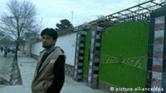Ein afghanischer Arbeiter vor den Toren des Büros der Welthungerhilfe in Kabul(Quelle: AP)