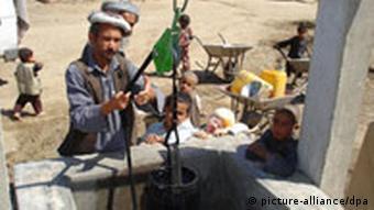 Ein Afghane an einem Brunnen in einem Dorf in der Nähe von Masar-i -Scharif (Quelle: dpa)