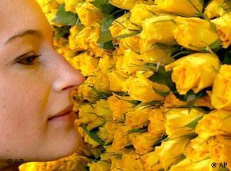 Eine Frau riecht an Blumen