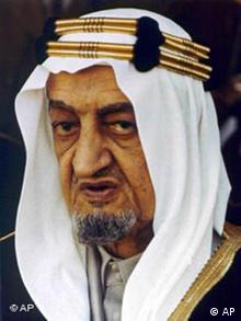 ملک فیصل پادشاه پیشین عربستان سعودی پس از مرگ پدر بنلادن کفالت او و برادران صغیرش را به سه مرد مورد اعتماد خود سپرد