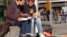 Zwei Studenten auf dem Gelände des Aerodynamischen Parks im Wissenschaftsstandort Berlin-Adlershof (WISTA) fachsimpeln über ihren Aufzeichnungen, aufgenommen am 25.08.2005. In den umliegenden Instituten haben die Hochschüler mit den Ausbildungsrichtungen Chemie und Physik beste Gelegenheit, sich in praxisorientierten Seminaren und bei Exkursionen mit der wissenschaftlichen Arbeit vertraut zu machen. Foto: Hans Wiedl +++(c) dpa - Report+++
