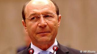 Porträtbild von Traian Basescu, zwei kleine Mikrofone sind mit im Bild. Quelle: AP