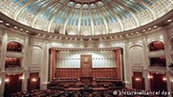 innere palast_DPA.jpg Eine überdimensionale Kuppel überspannt den Saal des Senats im Palast des Parlamentes in Bukarest. (Aufnahme vom 23. September 1999). Das Gebäude, für das 1984 der rumänische Diktator Ceausescu den Grundstein legte, ist mit einer Gesamtfläche von 366 000 Quadratmetern nach dem Pentagon in Arlington das zweitgrößte Gebäude der Welt. Bei dem Bau, bei dem ausschließlich Marmor verwendet wurde, waren 700 Architekten und ca. 20.000 Arbeiter im Einsatz.