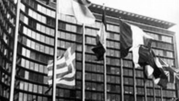 Перед зданием Европейской комиссии в Брюсселе поднимают флаг Греции